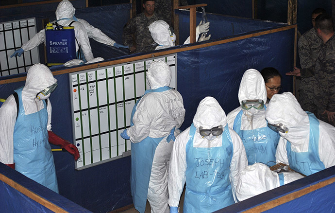 U.S. soldiers train foreign and local health workers in the management of Ebola at a treatment unit at Liberia's police academy in the capital Monrovia, November 7, 2014. (Reuters/James Giahyue)