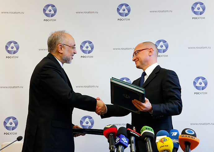 Sergey Kiriyenko (R), head of the Russian state nuclear monopoly Rosatom, and head of Iran's Atomic Energy Organisation Ali Akbar Salehi shake hands during a signing ceremony in Moscow, November 11, 2014 (Reuters / Maxim Shemetov)