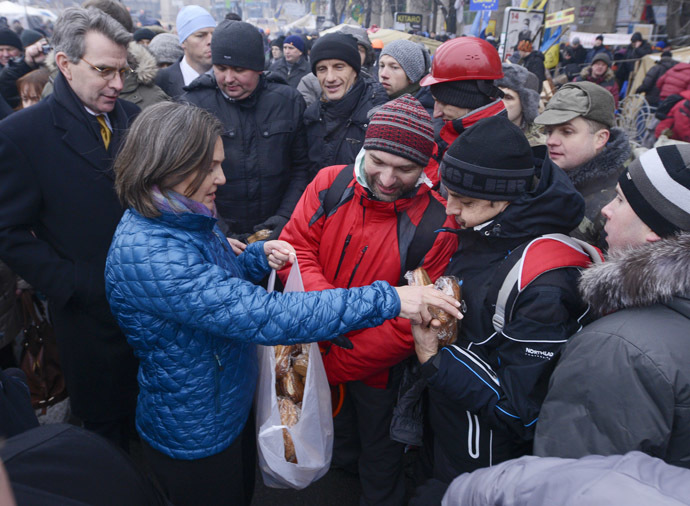 A handout picture released on December 10, 2013 by Ukrainian Union Opposition press services hows US Assistant secretary of State for European and Eurasian Affairs Victoria Nuland (2ndL) distributing cakes to protesters on the Independence Square in Kiev on December 10, 2013. (AFP Photo)