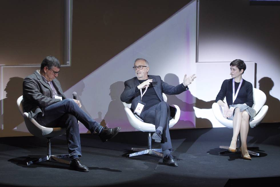Guillermo Altares,  Ramón López de Mantaras, director del Artificial Intelligence Research Institute (IIIA-CSIC) y Lorena Jaume-Palasí, directora ejecutiva de AlgorithmWatch.