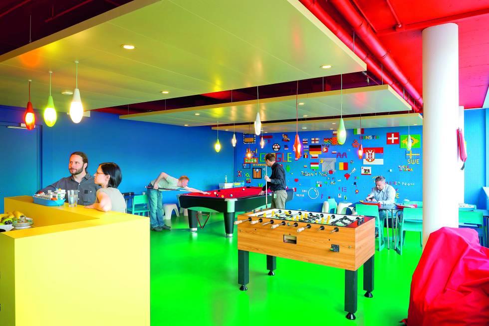 Una de las salas de esparcimiento está repleta de Legos.