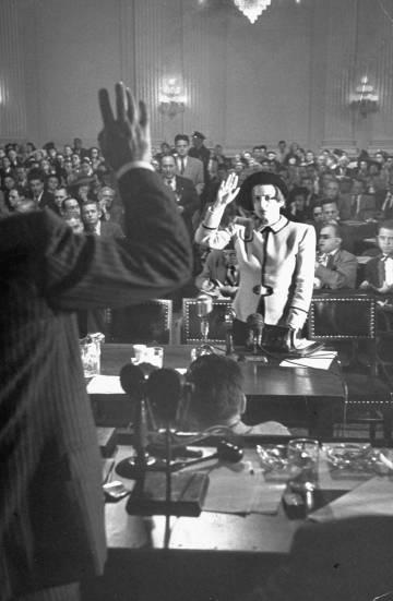 Ayn Rand testificando en la reunión de HUAC en 1947 por la película' Song of Russia'.