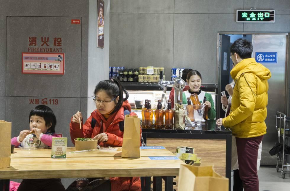 Muchas cadenas están introduciendo en sus tiendas espacios en los que comer y beber.