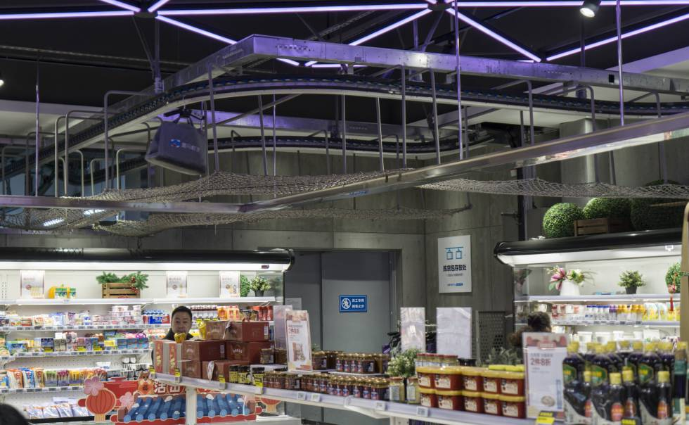 Por el techo de la tienda transitan de vez en cuando artículos. Son para los pedidos electrónicos y se dirigen al almacén, donde les espera una moto eléctrica para el reparto.