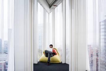 Un trabajador, con su portátil en la sede barcelonesa de Alpha.