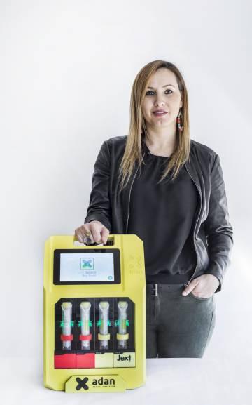 Anna Sala con el dispositivo inteligente que a finales de 2018 empezará a probarse en escuelas de Europa y Norteamérica.