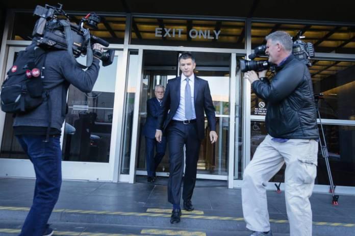 El antiguo CEO de Uber, Travis Kalanick, saliendo de testificar en San Francisco en el juicio entre Waymo (el coche autónomo de Google) y Uber Technologies.