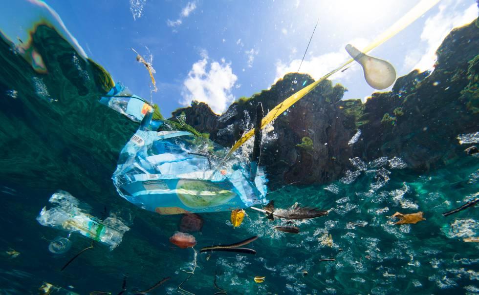 Plásticos y bits: desperdicio y contaminación