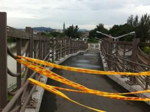 Auf der Brücke über den Keelung Fluss ist der Rad- und Fußgängerweg in den Park gesperrt