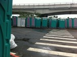 Die Klohäuschen aus der Umgebung werden vor jedem Taifun hier hinter der Brücke in Sicherheit gebracht