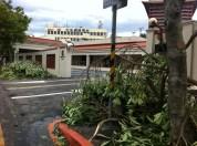 Vorne der American Club, hinten sieht man das RTI-Sendergebäude
