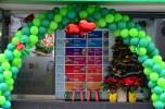 Geschäftseröffnung mit Weihnachtsschmuck