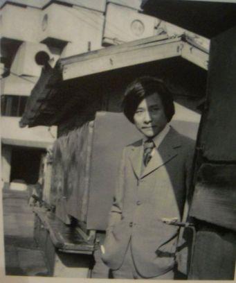 Kurokawa Kisho, l'architecte de la Nagasin Capsule Tower lors de l'inauguration en 1972
