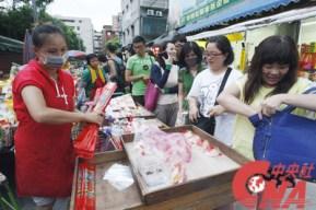 Etals et vendeurs ambulants faisaient leur commerce à l'extérieur