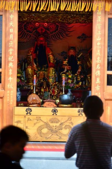 Un collégial de 5 divinités siège au temple Hsingtien Gong. Au centre, le général Kuan Yu