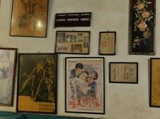 Boulier en bois, affiches et vieilles photos