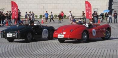Les voitures restent toute l'après-midi sur l'esplanade qui voit de nombreux fans se relayer autour des bolides