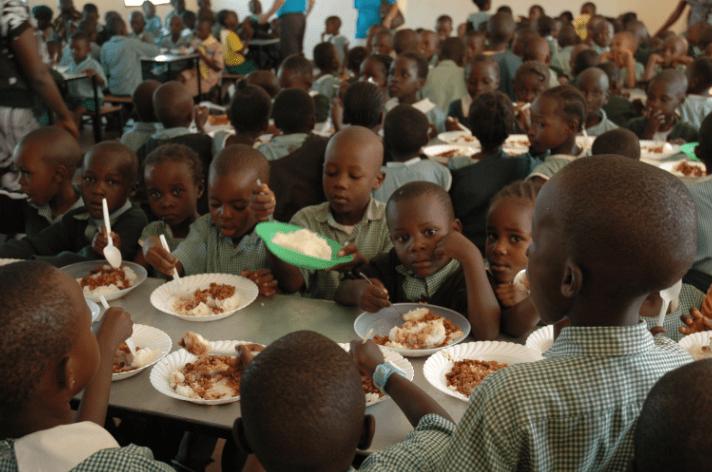 Die Kinder geniessen das Essen