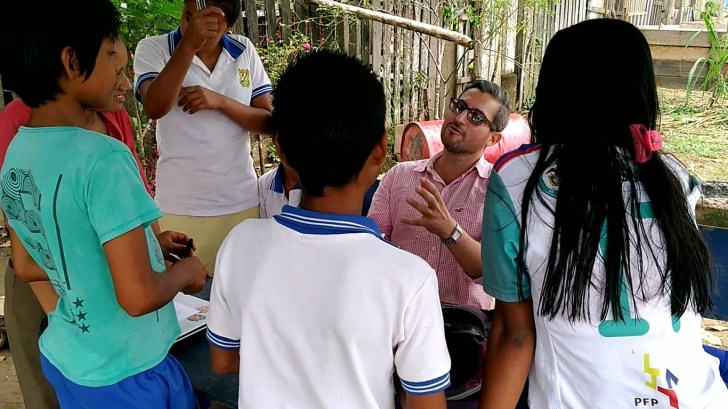 Junto a los jóvenes y adolescentes de Puerto Alegría, Duber Zamora avanza en la investigación sobre la yuca. Foto: Mauricio Orjuela.