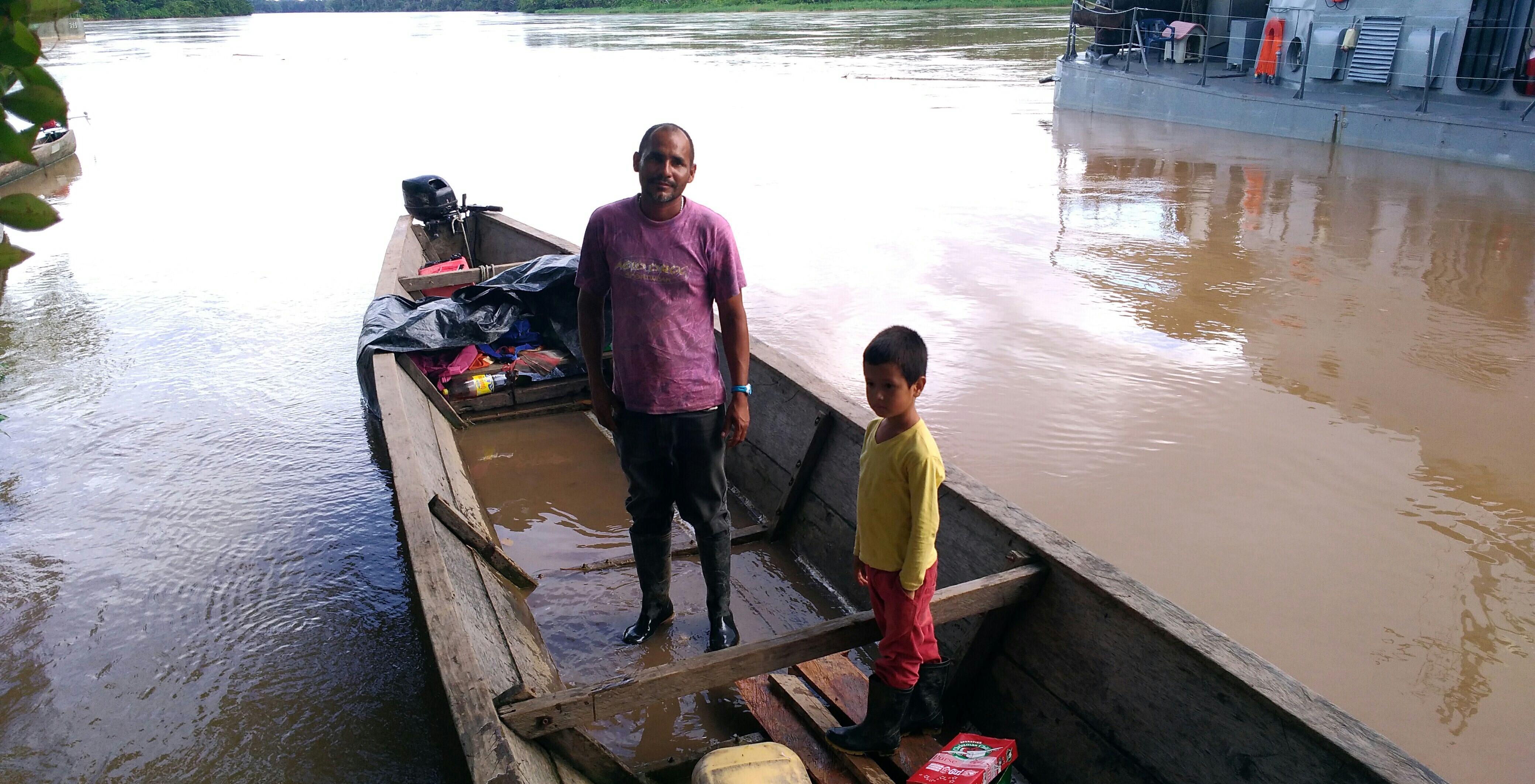 En su 'peque – peque' llega a Puerto Puntales Francisco Charry Vidal, gobernador de Yarinal. Foto: Mauricio Orjuela.