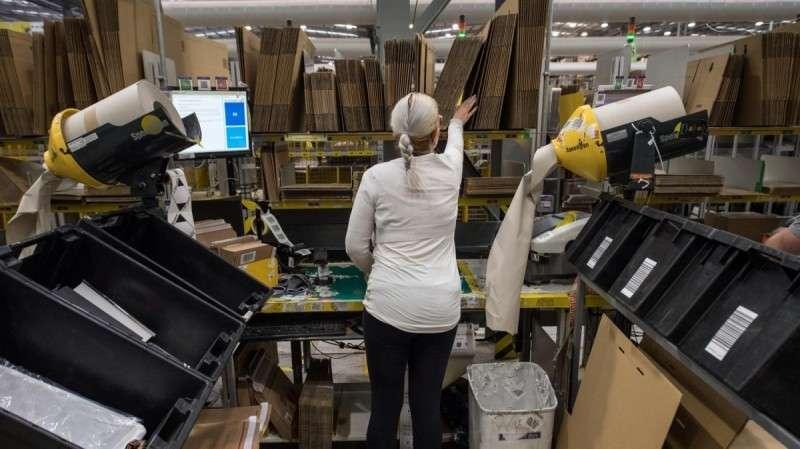 Демократия и рынок: работников Amazon обязуют носить электронные браслеты