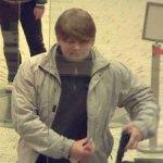 Член банды надевал парик, чтобы скрыть свое лицо (фото с камеры наблюдения немецкого банка).