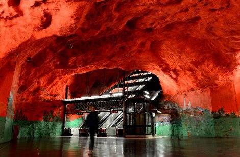 Стены станции Solna Centrum окрашены в красный и зеленый цвета и расписаны рисунками на тему социальных проблем и охраны окружающей среды, актуальных в Швеции в 70-е годы прошлого века.