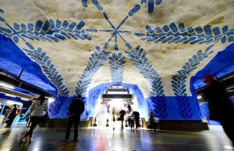 Станция T-Centralen, являющаяся сердцем Стокгольмского метрополитена. Стены выкрашены в синий цвет, своды расписаны голубыми изображениями веток с листьями и силуэтами строителей.