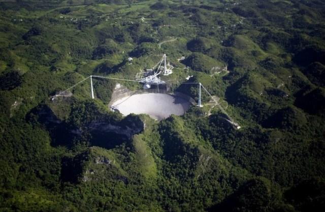 Звание обладательницы крупнейшего в мире радиотелескопа и удивительно живописные места курортного Пуэрто-Рико делают обсерваторию Аресибо не только важным научным центром, позволяющим дотянуться до звезд, но и просто привлекательной для туристов достопримечательностью. Сугубо научное сооружение притягивает любителей астрономии как магнит, ведь это прекрасное место как для наблюдения за звёздами, так и для «охоты» на пришельцев.