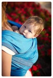 Малыш в слинге за спиной