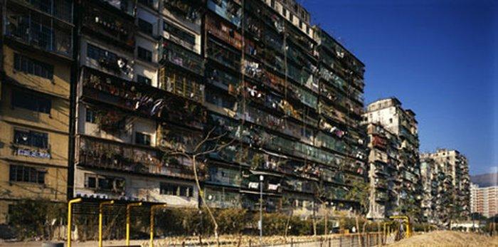 """Внешний вид домов — точнее, этого сплошного жилого монолита. Стандартный балкон — это """"птичья клетка"""", закрытая со всех сторон решётками, на которые удобно вешать разные предметы, экономя пространство; и, конечно, это хороший способ защититься от воров, которых тут, в силу исторических причин, многовато (фото с сайта arch.columbia.edu)."""