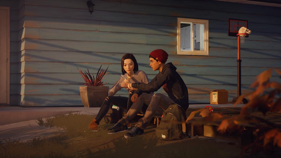 Screenshot do Life Is Strange 2. Um screenshot do Sean e Lyla no jardim da casa dos Diaz. Lyla escreve na mão de Sean.