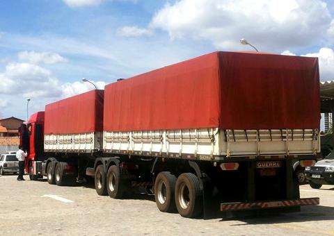 Caminhão com mais de 500 mil maços de cigarro contrabandeado apreendido pelo Fisco em Alcantil (Foto: SecomPB)