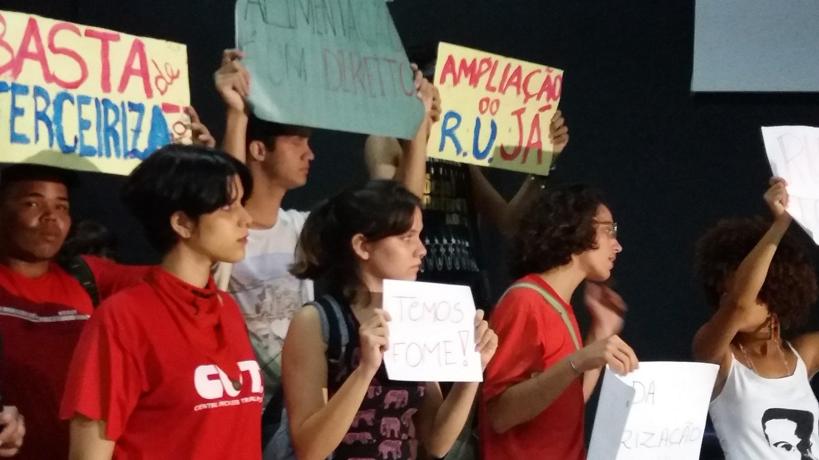 A manifestação dos estudantes quarta-feira (27) na UFPB (Foto: Valéria Sinésio)