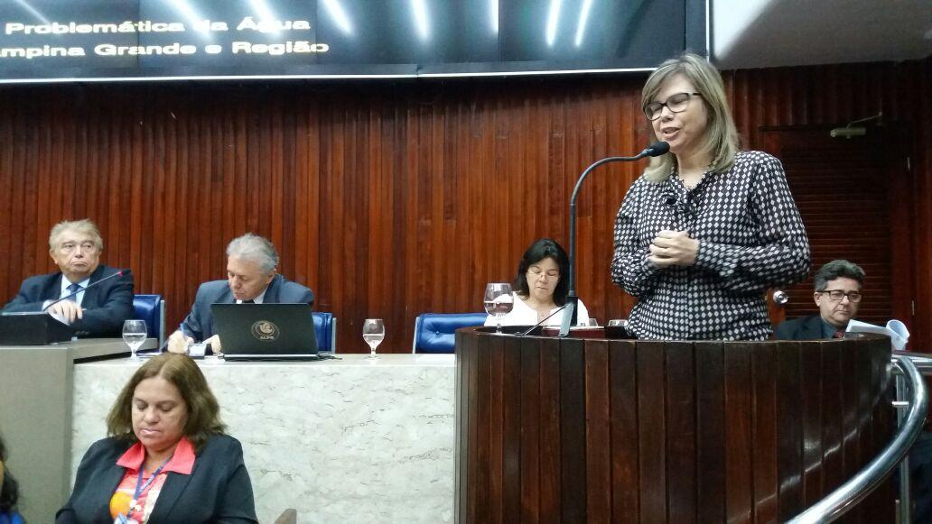 A médica Adriana Melo, na tribuna da Assembleia