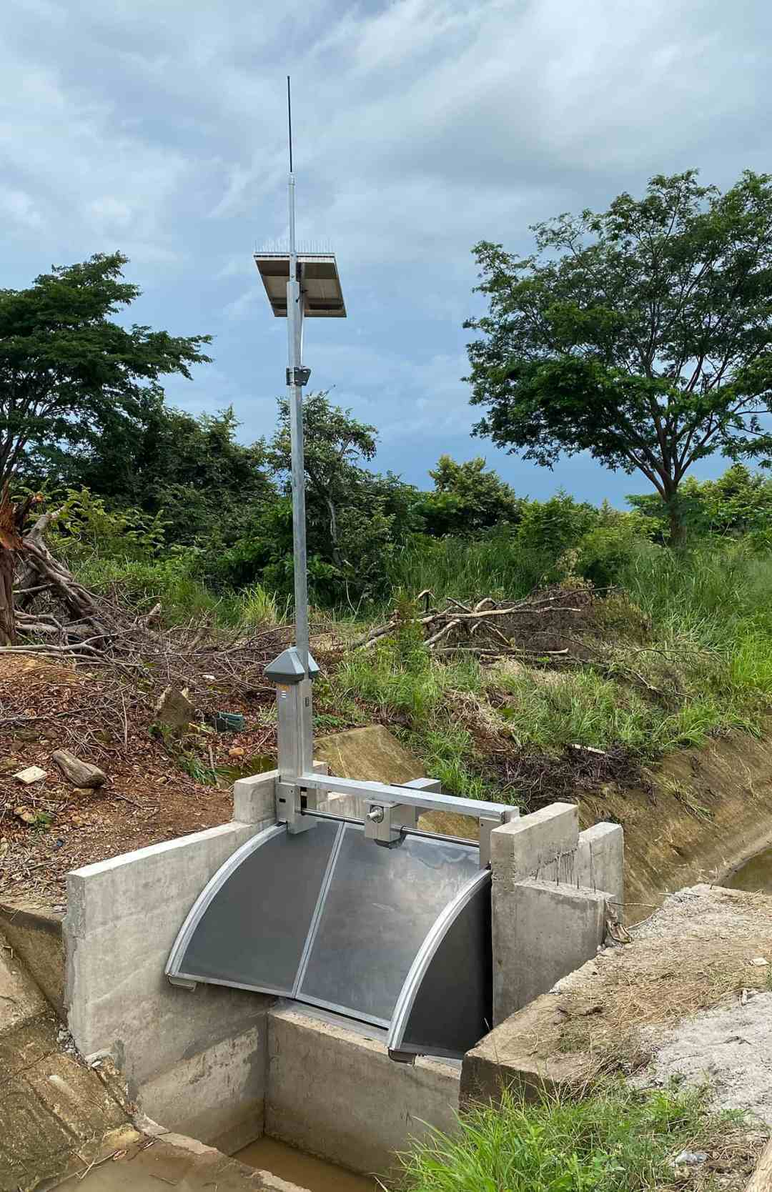 Overshot automated FlumeGate in irrigation canal Costa Rica - 2