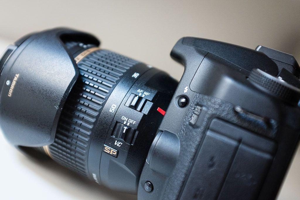 Imagen de una cámara digital con el selector del modo de enfoque.