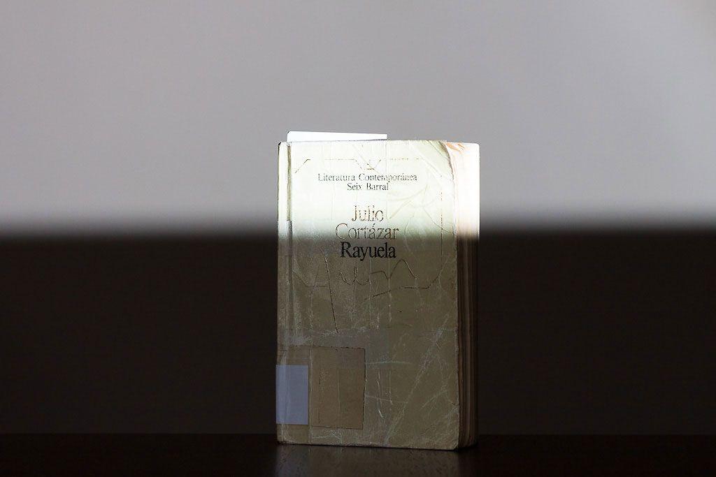 Fotografía de un libro por encima de la velocidad máxima de sincronización del flash externo