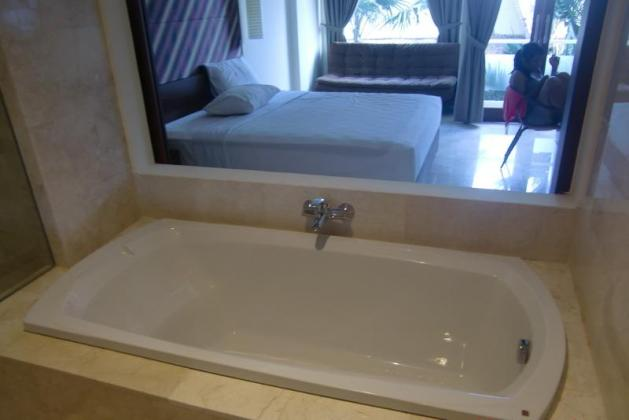 Kamar mandi yang lega dan lapang disertai dengan fasilitas lengkap termasuk Bathub