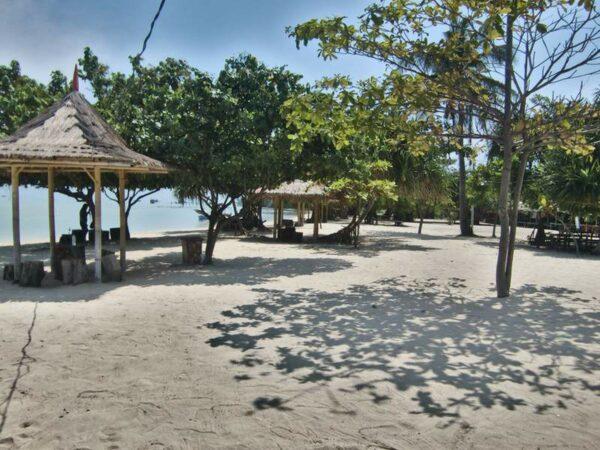 Salah satu pantai di pulau pari yang masih alami dan cantik.