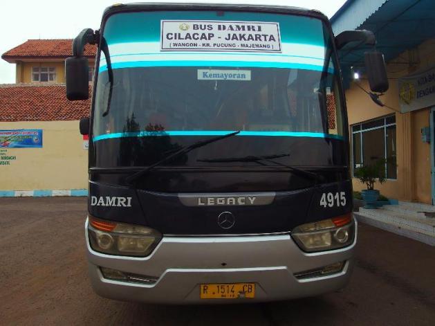 Tampak depan bus Damri Cilacap Jakarta
