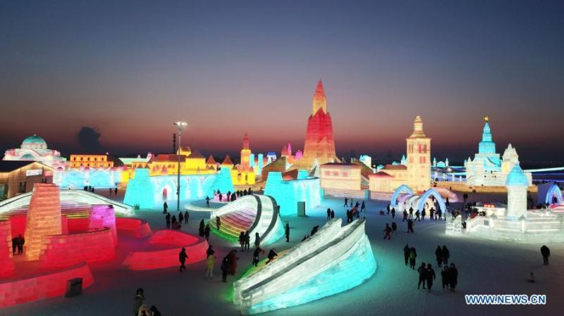 """У Китаї відкрили парк розваг """"Світ льоду і снігу"""""""