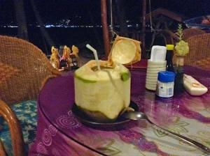 Drink aus einer frischen Kokusnuss in Thailand