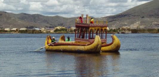 Schwimmende Inseln im Titikakasee im Vordergrund ein Boot