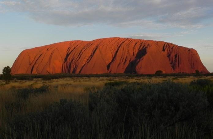 Uluru in der Abendsonne im Outback Australiens