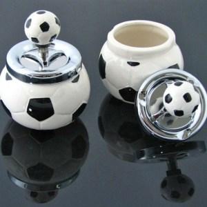 Popielniczka w kształcie piłki do footballu.