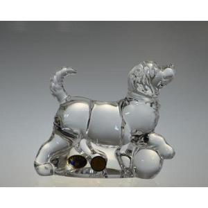 Kryształowa figurka o kształcie psa.