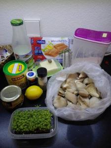 Butter, Mehl, Milch, Brühe, Salz, Pfeffer, Muskatnuss, Zitrone, Zucker, körniger Senf, Kresse, Austernpilze und natürlich der Lachs.