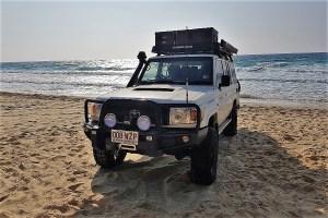Unser Toyota Landcruiser am Strand von Fraser Island, Australien