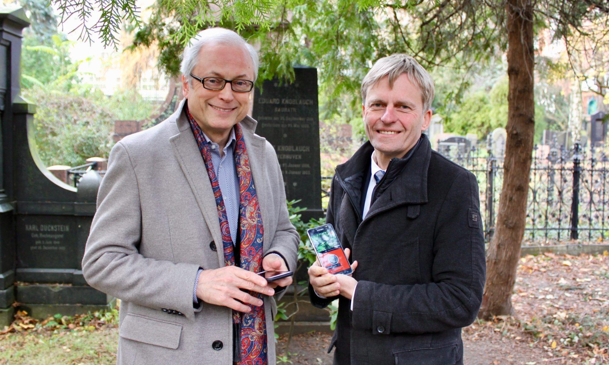 Vorstellung der Friedhofs-App durch Hans-Jürgen Schatz und Rüdiger Kruse